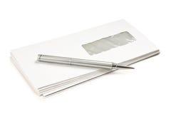 Pile des enveloppes de courrier et d'un stylo Photos stock