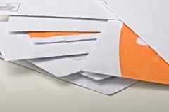 Pile des enveloppes de papier de courrier sur la table Photographie stock