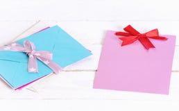 Pile des enveloppes et de la carte mignonne de message Images stock