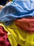 Pile des essuie-main colorés multi de blanchisserie Photographie stock libre de droits