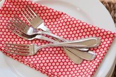 Pile des fourchettes sur la serviette Images stock