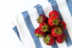 Pile des fraises juteuses fraîches sur la serviette dans les rayures bleues, v supérieur Photographie stock libre de droits