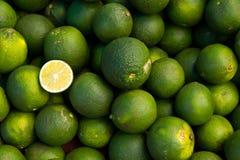 Pile des fruits de limette Photographie stock libre de droits