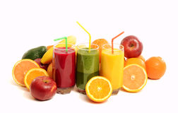 Pile des fruits et de trois verres de jus frais. Images stock