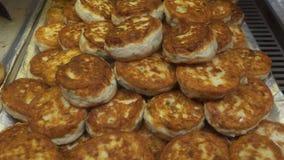 Pile des gâteaux de crabe délicieux, vendue dans les cônes de papier un aliment local de rue, à Bergen, la Norvège