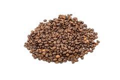 Pile des grains de café d'isolement sur le fond blanc Photo libre de droits