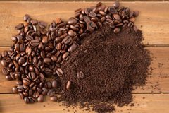 Pile des grains de café et des au sol au milieu du bois Image stock