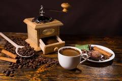Pile des grains de café sans compter que la broyeur ouverte Image libre de droits