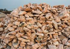 Pile des gros morceaux crus de sel gemme Images libres de droits