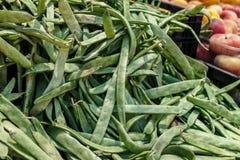 Pile des haricots verts d'un marché photo libre de droits
