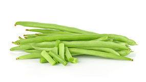 Pile des haricots verts verts dans le chemin de coupure blanc d'isolement de background Photos libres de droits