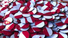 Pile des insignes comportant des drapeaux de la Pologne ou du Monaco rendu 3d Photos libres de droits