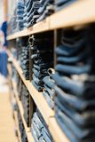 pile des jeans sur une fenêtre de magasin dans le magasin photos stock