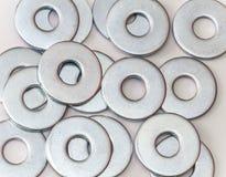 Pile des joints plats en métal pour des vis et des attaches Photographie stock
