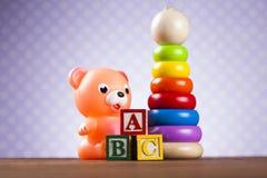 Pile des jouets, collection sur le fond en bois images libres de droits