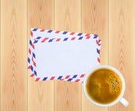 Pile des lettres et de la tasse de café sur le backgrou en bois rustique de planches Photographie stock