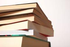 Pile des livres d'isolement Photographie stock libre de droits