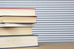 Pile des livres de regard usés empilés sur une table Photographie stock