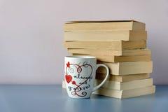 Pile des livres et de la forme verte de coeur Photos stock