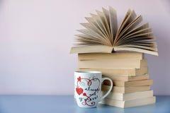 Pile des livres et de la forme verte de coeur Photo libre de droits