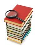 Pile des livres et de la loupe photo stock