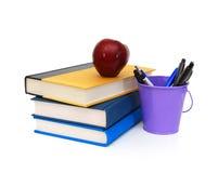Pile des livres et de la pomme photos stock
