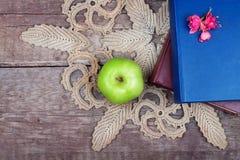 Pile des livres et de la pomme verte Photos stock