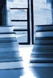 Pile des livres par la fenêtre avec la vue d'océan Photo libre de droits