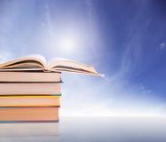 Pile des livres sur le bacground bleu Images libres de droits