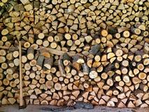 Pile des logarithmes naturels en bois prêts pour l'hiver Photos stock