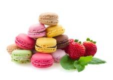 Pile des macarons frais avec des ingrédients Image stock
