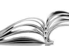 Pile des magazines de nouvelles estampés utilisés ouverts sur le blanc Image libre de droits