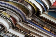 Pile des magazines ouvertes sans textes vus du côté image stock