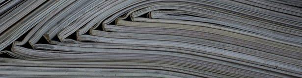 Pile des magazines ouvertes sans textes vus du côté photo libre de droits