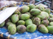 Pile des mangues vertes sur le marché, fruit frais, Thaïlande Image libre de droits
