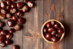 Pile des marrons d'Inde dans une cuvette en bambou Photographie stock