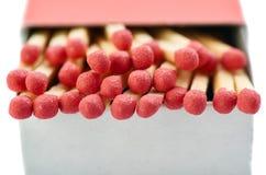 Pile des matchs en bois d'isolement au-dessus du fond blanc Photo stock