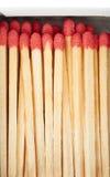 Pile des matchs en bois d'isolement au-dessus du fond blanc Image libre de droits