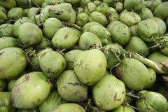 Pile des noix de coco brésiliennes vertes fraîches Image libre de droits
