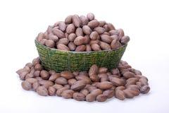 Pile des noix de pécan avec carapace dans Zulu Basket perlé Photo libre de droits