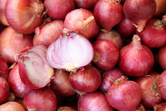 Pile des oignons rouges Photographie stock
