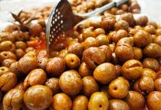 Pile des olives vertes avec le paprika au marché espagnol photos libres de droits