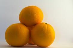 Pile des oranges d'isolement Photo stock