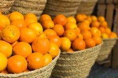Pile des oranges juteuses dans les paniers en osier sur le compteur du march? images libres de droits