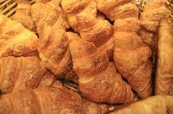 Pile des pâtisseries mouthwatering cuites au four fraîches de croissant d'amande dans le panier photo stock