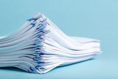 Pile des papiers organisés avec les trombones Image stock