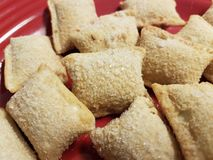Pile des petits pains gelés de pizza du plat rouge images libres de droits