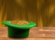 Pile des pièces d'or à l'intérieur de jour vert de St Patricks de chapeau Image stock