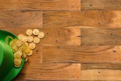 Pile des pièces d'or à l'intérieur de jour vert de St Patricks de chapeau Images libres de droits