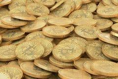 Pile des pièces de monnaie d'or de bitcoins Beaucoup de fond virtuel d'argent Image libre de droits